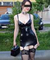 Diese junge Frau trägt ein hautenges Latexkleid